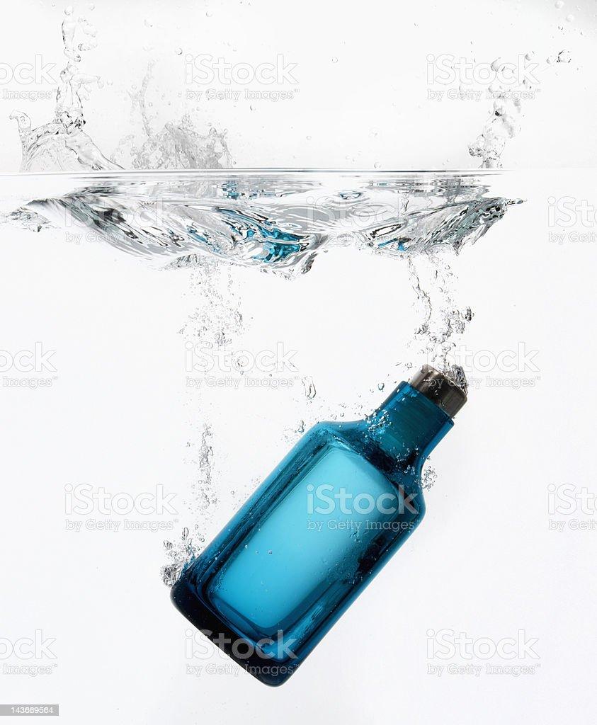 Salpicaduras de agua de botella - foto de stock
