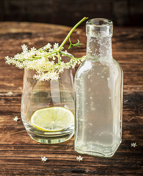 flasche mit einem drink von der ältere - holunderlikör stock-fotos und bilder