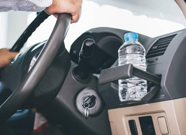 Wasser in Flaschen wurde für eine lange Zeit im Auto gelassen. – Foto