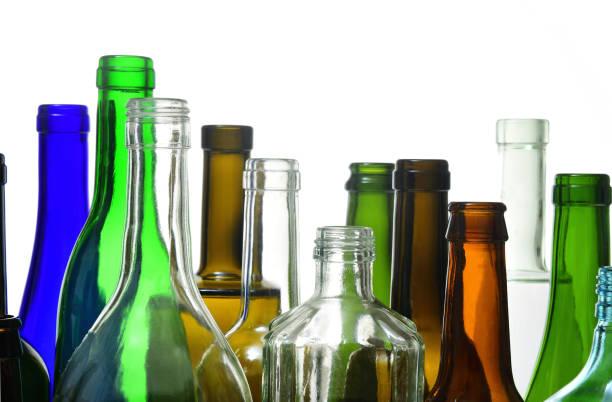 engpässe auf weißem hintergrund - recycelte weinflaschen stock-fotos und bilder