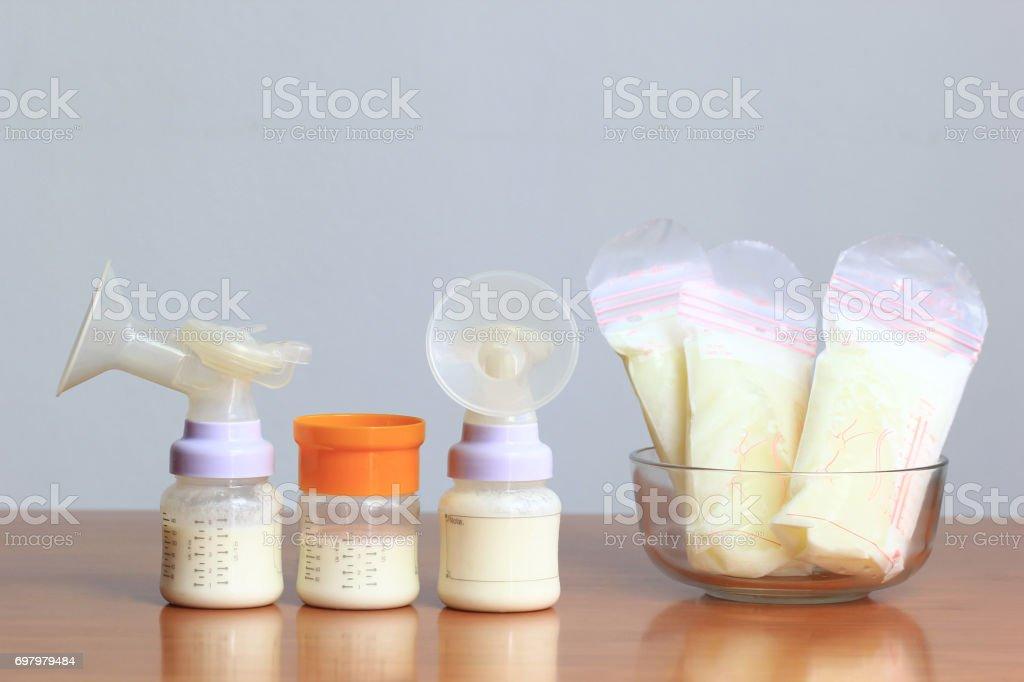 Bouteilles et sacs de stockage de lait maternel congelé de nouveau bébé sur la table en bois - Photo