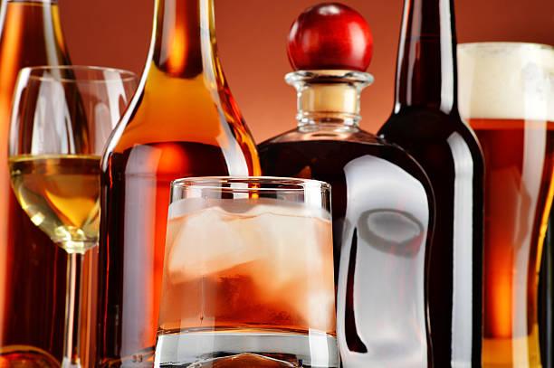 assortiment de bouteilles et verres de boissons alcoolisées - spiritueux photos et images de collection