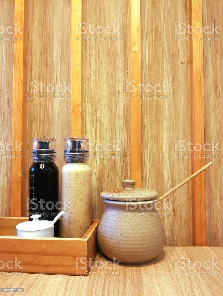Flaschen Und Tiegel Von Japanischen Gewürzen Auf Hölzernen Hintergrund  Stockfoto und mehr Bilder von Asiatisch