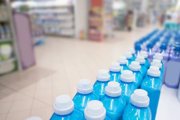 botellas seguidas en el supermercado - foto de stock