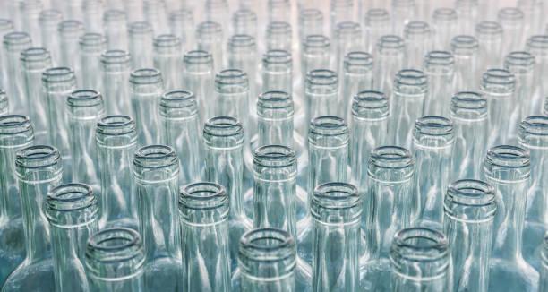 flaschen in reihe. - recycelte weinflaschen stock-fotos und bilder