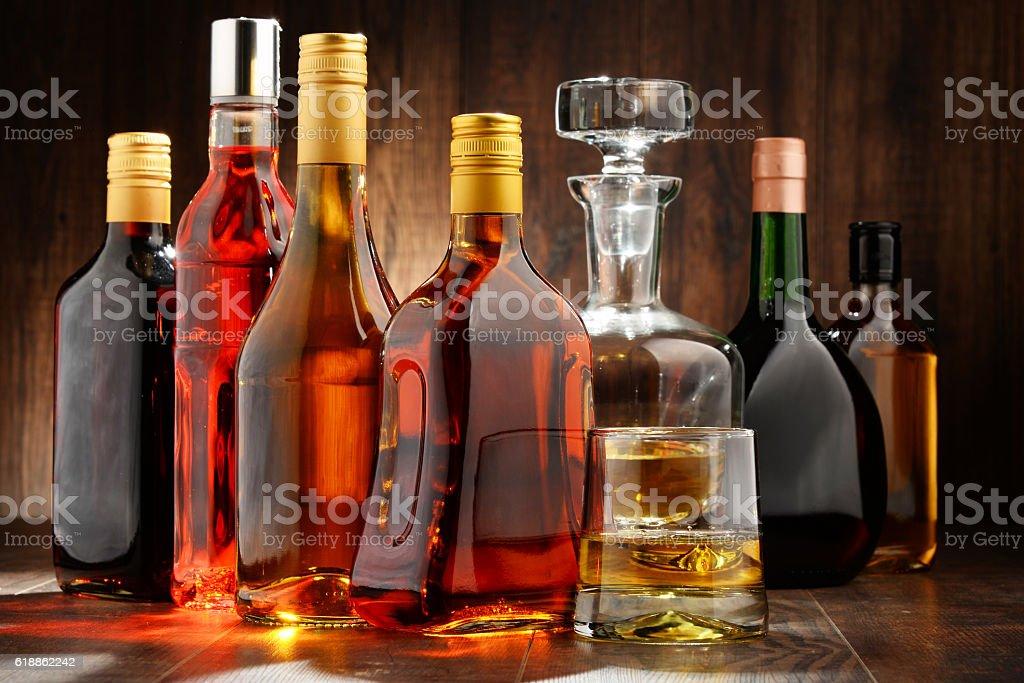 Flaschen verschiedene alkoholische Getränke – Foto