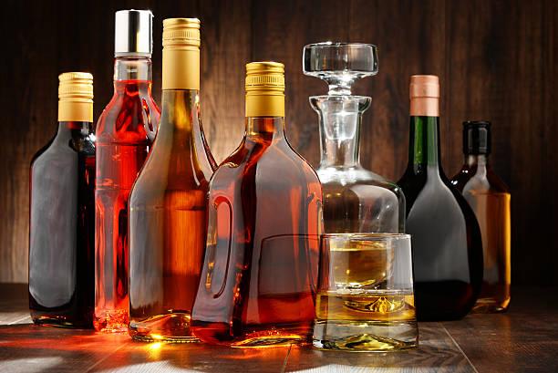 assortiment de bouteilles de boissons alcoolisées - spiritueux photos et images de collection
