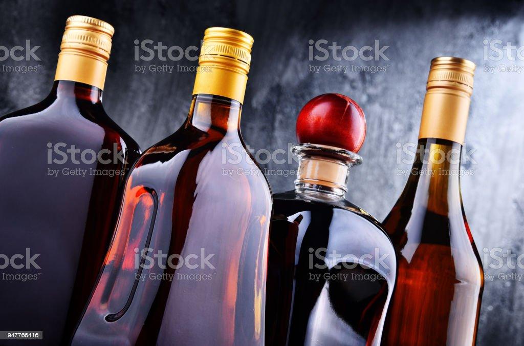 Flaschen Für Verschiedene Alkoholische Getränke Stock-Fotografie und ...