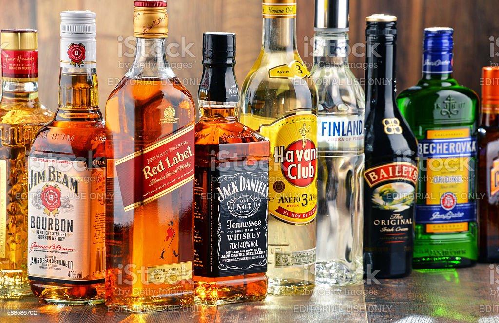 Frascos de marcas de gran variedad de licores de alta graduación - foto de stock