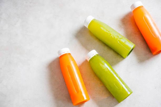 bouteilles de jus non transformés pressées froids - cold pressed photos et images de collection
