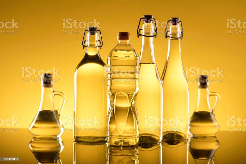 Botellas de violación oro semilla composición aceite y aceite de oliva. - foto de stock