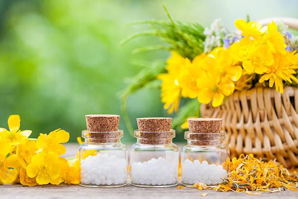 Flaschen Homöopathie Kugeln: verträumt und gesunde Kräuter in Korb – Foto