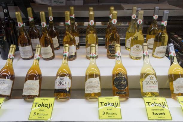 在布達佩斯中央市場出售的托卡吉葡萄酒瓶,布達佩斯,匈牙利 - 匈牙利文化 個照片及圖片檔