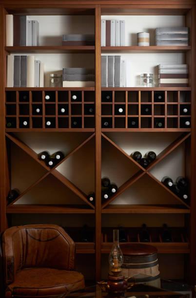 beyaz ve kırmızı bir ahşap raf pr kitaplarda ile şarap şişe - bar i̇çkili mekan stok fotoğraflar ve resimler