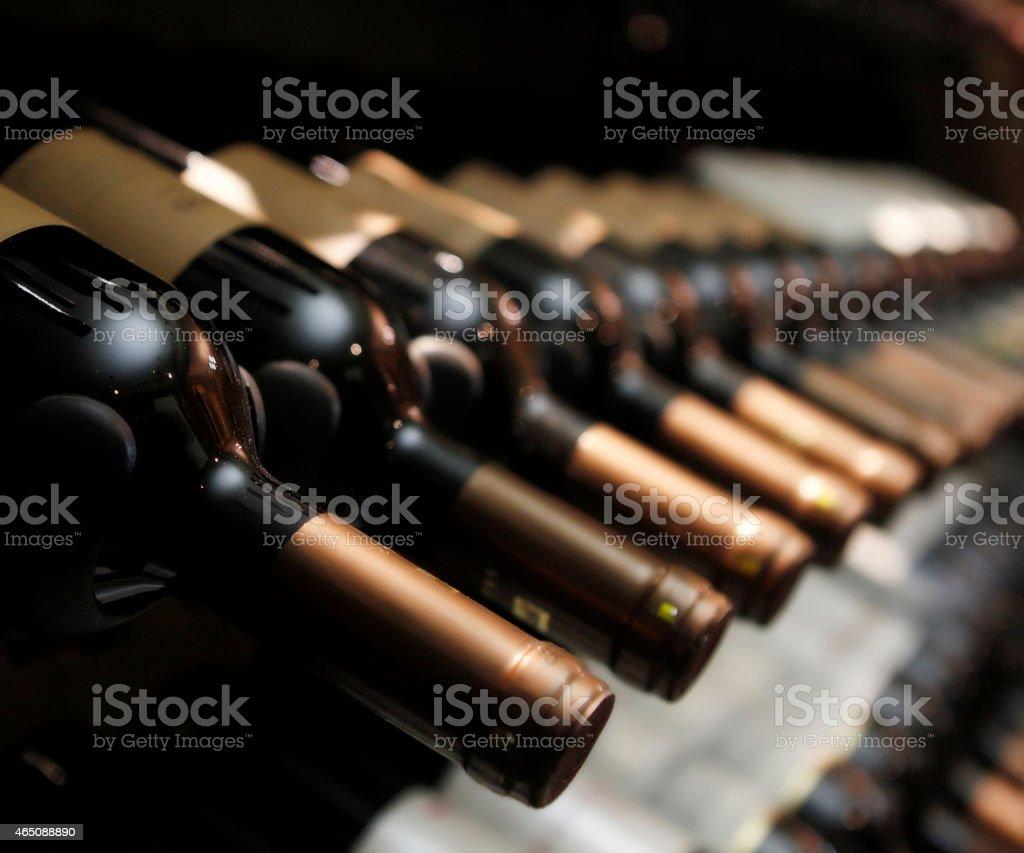Garrafas de vinho em Linha - fotografia de stock