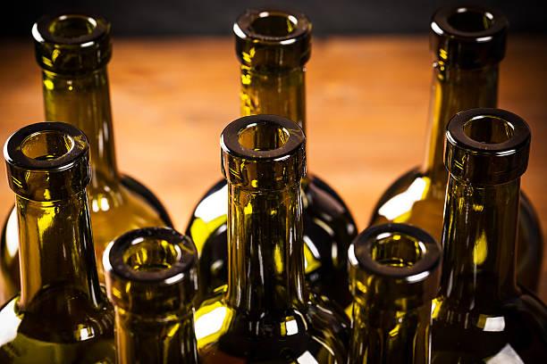 flaschen wein - recycelte weinflaschen stock-fotos und bilder
