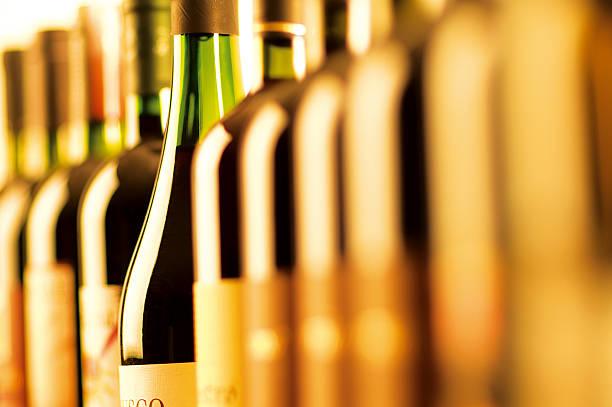 bouteilles de vin - spiritueux photos et images de collection