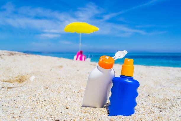 garrafas na areia - filtro solar - fotografias e filmes do acervo