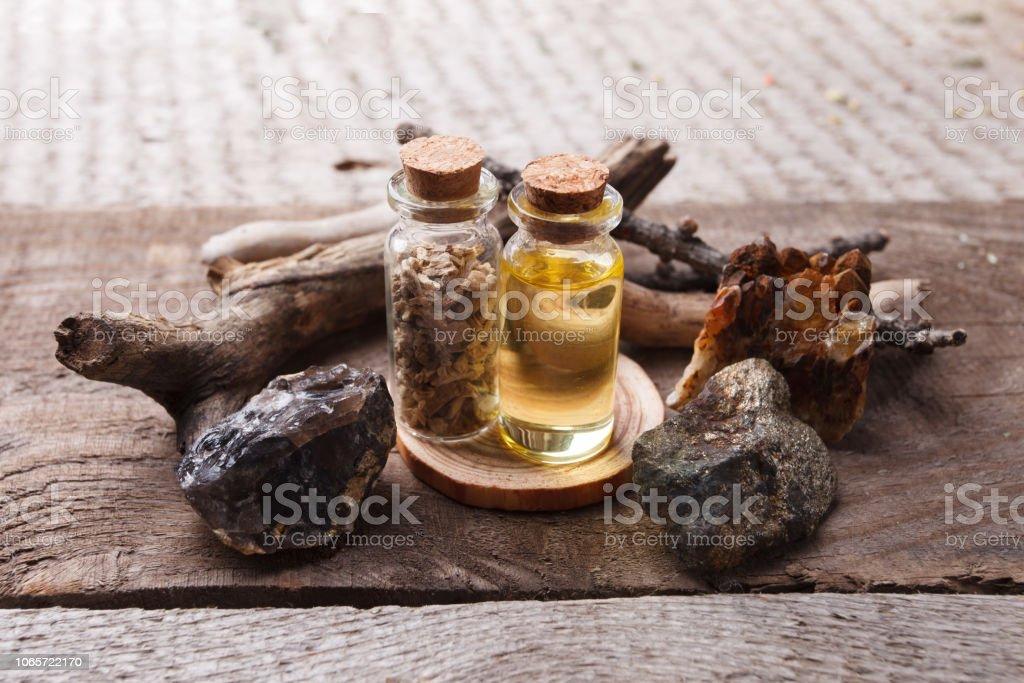 Botellas Con Emulsión Piedras Y Detalles De Madera Concepto