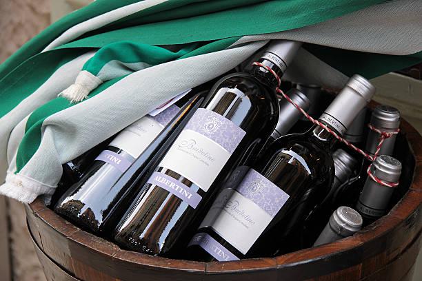 Flaschen mit italienische Rotweine Bardolino in Verona – Foto