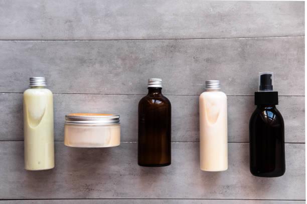 酒瓶配溫泉美容用品平躺 - 美容品 個照片及圖片檔