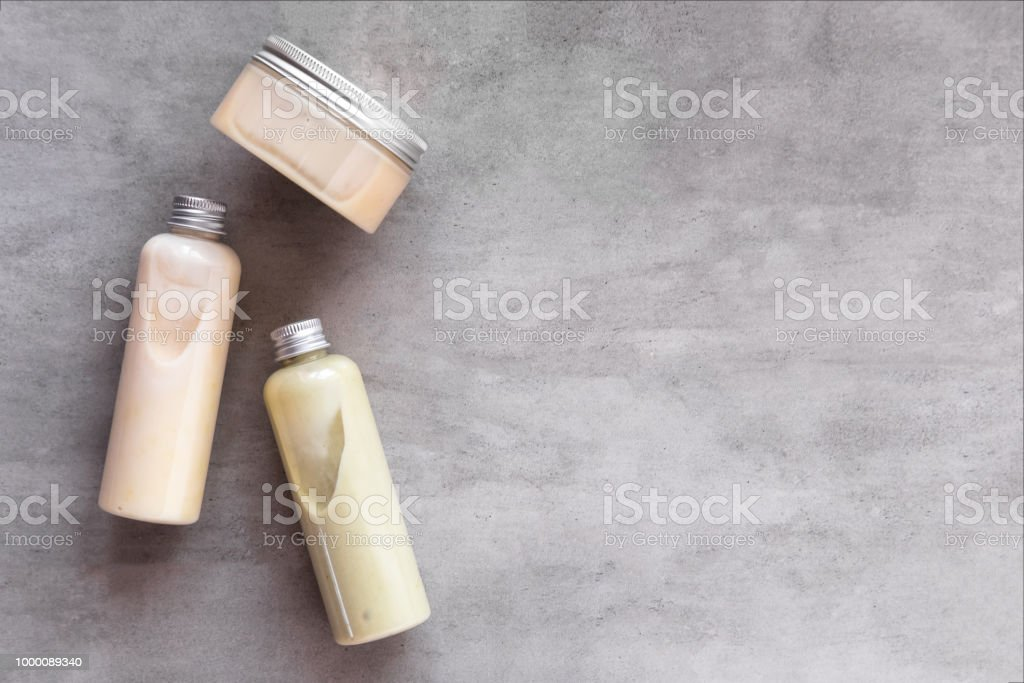 Bottles with spa cosmetic products flatlay - Foto stock royalty-free di Accudire