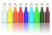 Bottiglie bibite rinfrescanti colorate su sfondo bianco