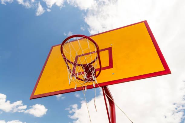 Unteransicht des Basketballkorb mit blauem Himmelshintergrund – Foto