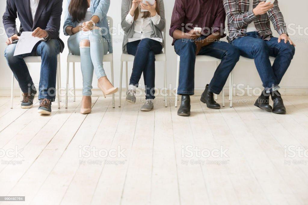 Unteransicht des vielfältigen Arbeit Kandidaten warten auf Job-interview – Foto