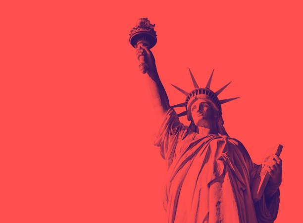 vista inferior da famosa estátua da liberdade - alto descrição geral - fotografias e filmes do acervo