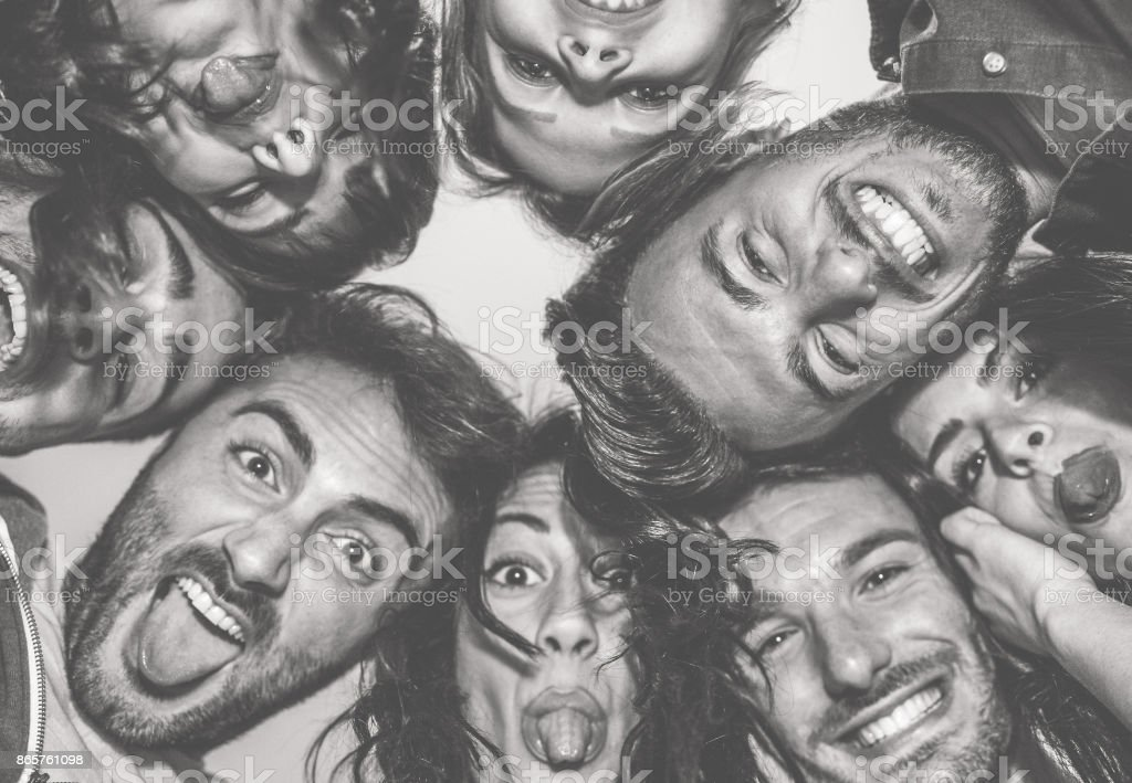 Unteransicht des jungen Freunden lustige Grimassen auf Kamera - glückliche Menschen, die Spaß machen Selfie - Fokus auf Top-richtige Mann - schwarz / weiß bearbeiten - Freundschaft-Konzept - Warm Kontrast filtern – Foto