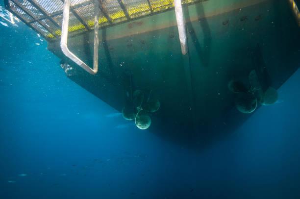 unterseite des boot verankert aus santa barbara island, kalifornien - rudermaschine stock-fotos und bilder