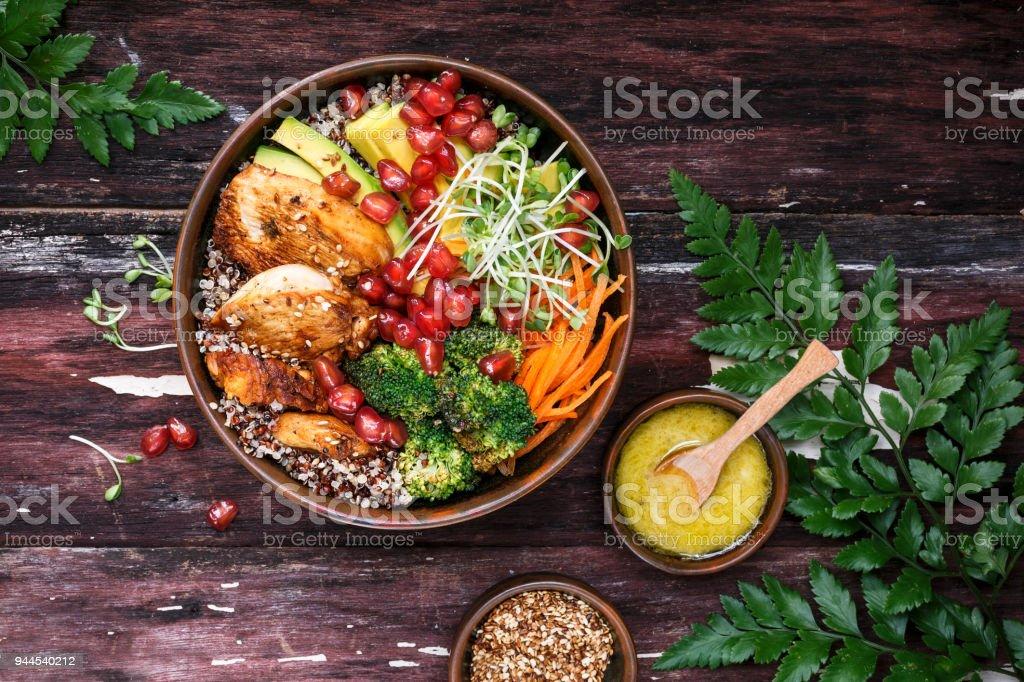 Bouddha Bol Au Quinoa, Poulet, Avocat, Carotte, Brocoli pour l'été. stock photo