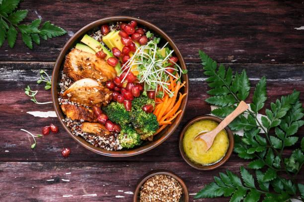 bouddha bol au quinoa, poulet, avocat, carotte, brocoli pour l'été. - bowl stock pictures, royalty-free photos & images