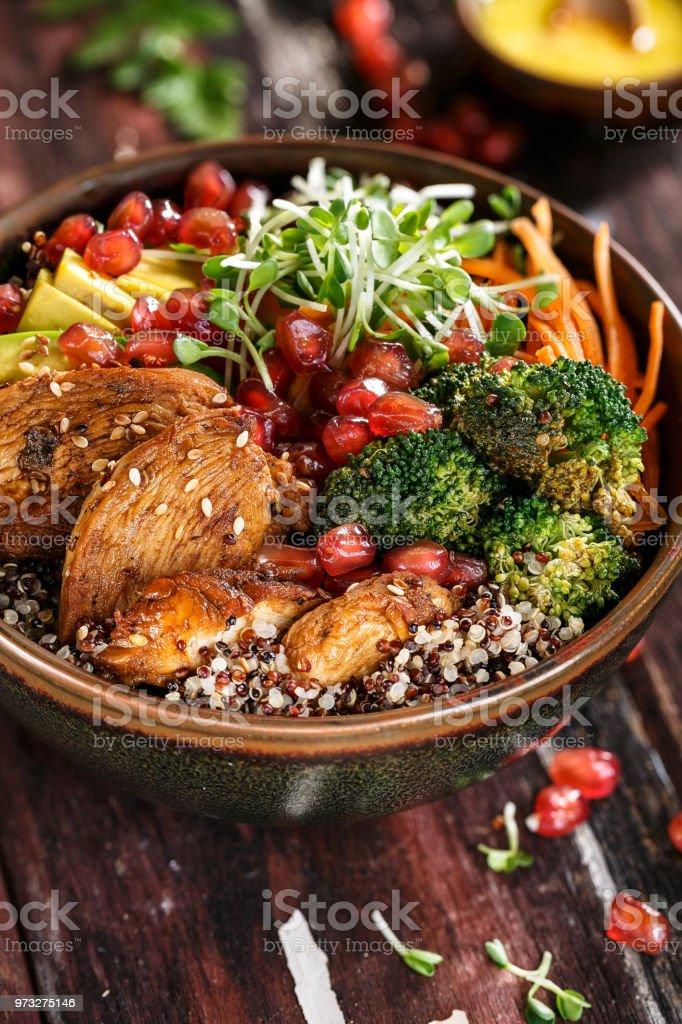 Bouddha Bol au Quinoa, Poulet Grillé, Avocat, Brocoli, Carottes et Sauce Turméric stock photo