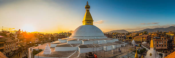 boudhanath iconic buddhist stupa and pilgrims at sunset kathmandu nepal - népal photos et images de collection