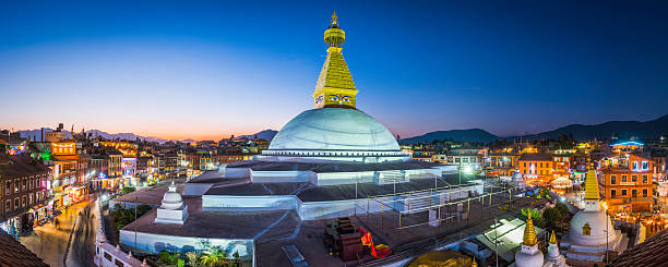 boudhanath stupa iconic buddhist temple illuminated at sunset kathmandu nepal - népal photos et images de collection