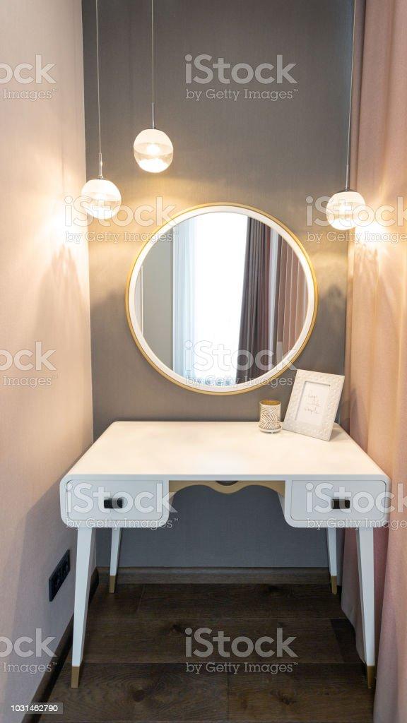 Goede Boudoir Kamer Met Spiegel Voor Makeup Stockfoto en meer beelden EG-09