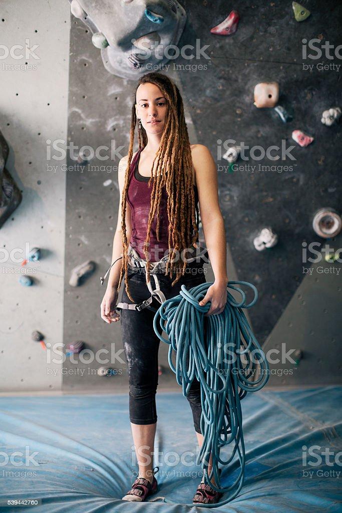 Bouldern Kletterer Porträt in die Kamera schauend in das Fitness-Studio. – Foto