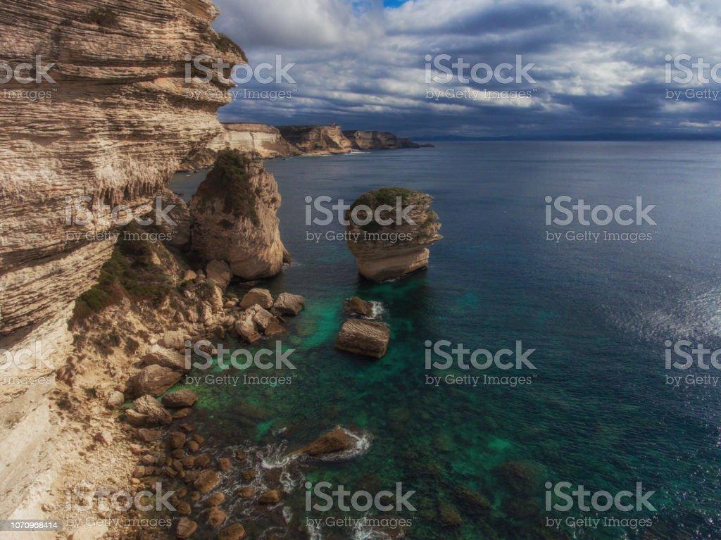 Rocas cerca de la costa rocosa de la isla de Córcega - foto de stock