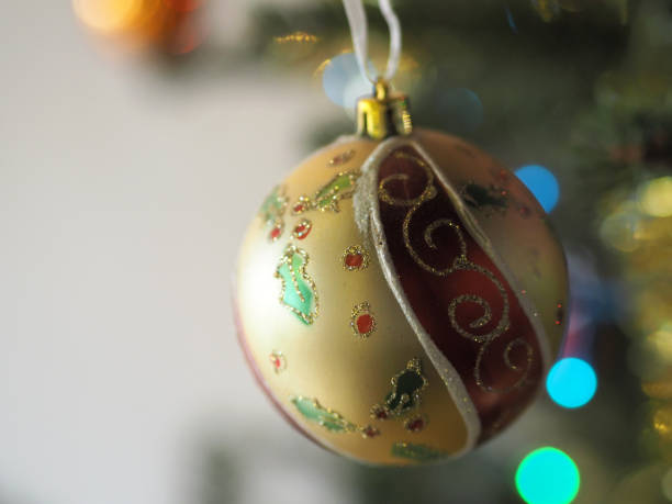 Boule de Noël colorée sur sapin de Noël, France Photo prise à Lyon, en appartement sapin noel stock pictures, royalty-free photos & images