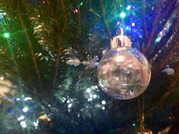 Boule de Noël dans le sapin Nantes, France sapin noel stock pictures, royalty-free photos & images