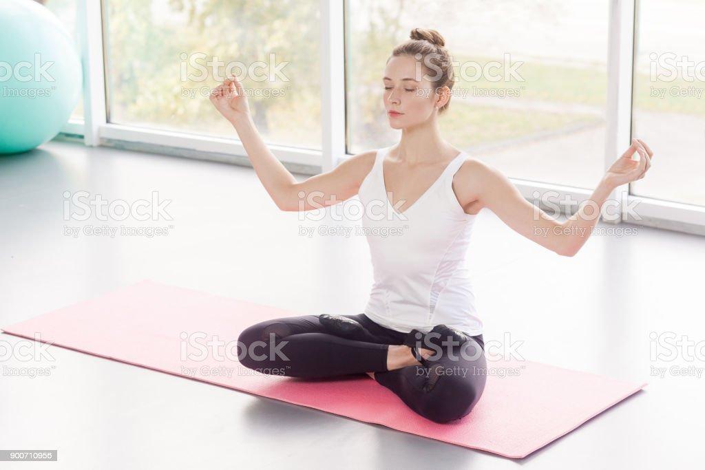Limite de ângulo. Baddha Koṇāsana, postura de lótus. Mulher bonita fazendo yoga - foto de acervo