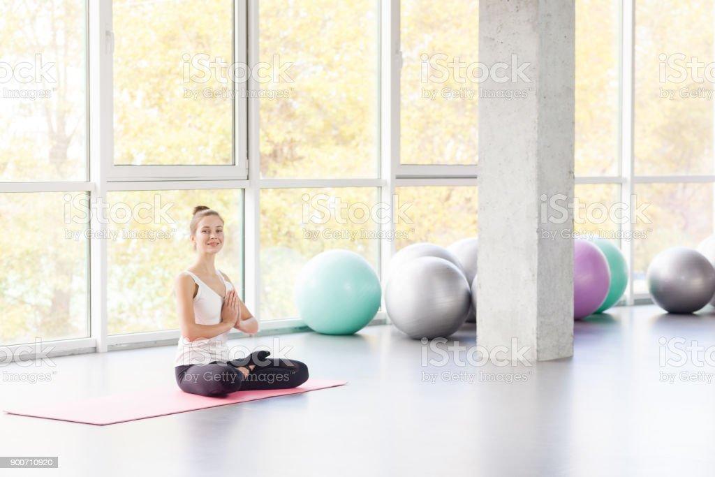 Limite de ângulo, postura de lótus. Mulher fazendo yoga, olhando para a câmera. - foto de acervo