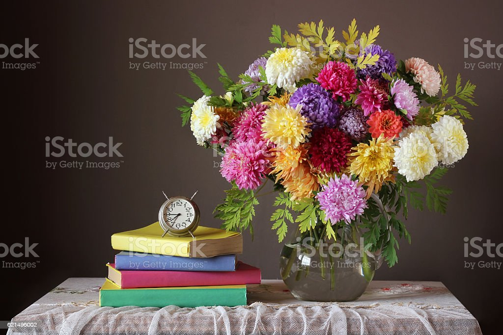Bouquet and book. Back to school. photo libre de droits