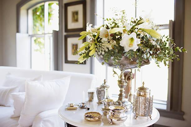 strauß und silber auf wohnzimmer mit esstisch - tisch dekorationen stock-fotos und bilder
