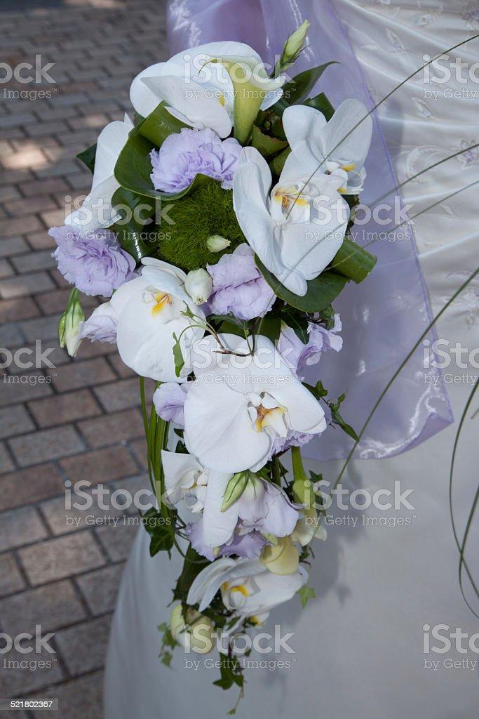 Bouquet blanc  d'orchidée et fleurs mauves stock photo