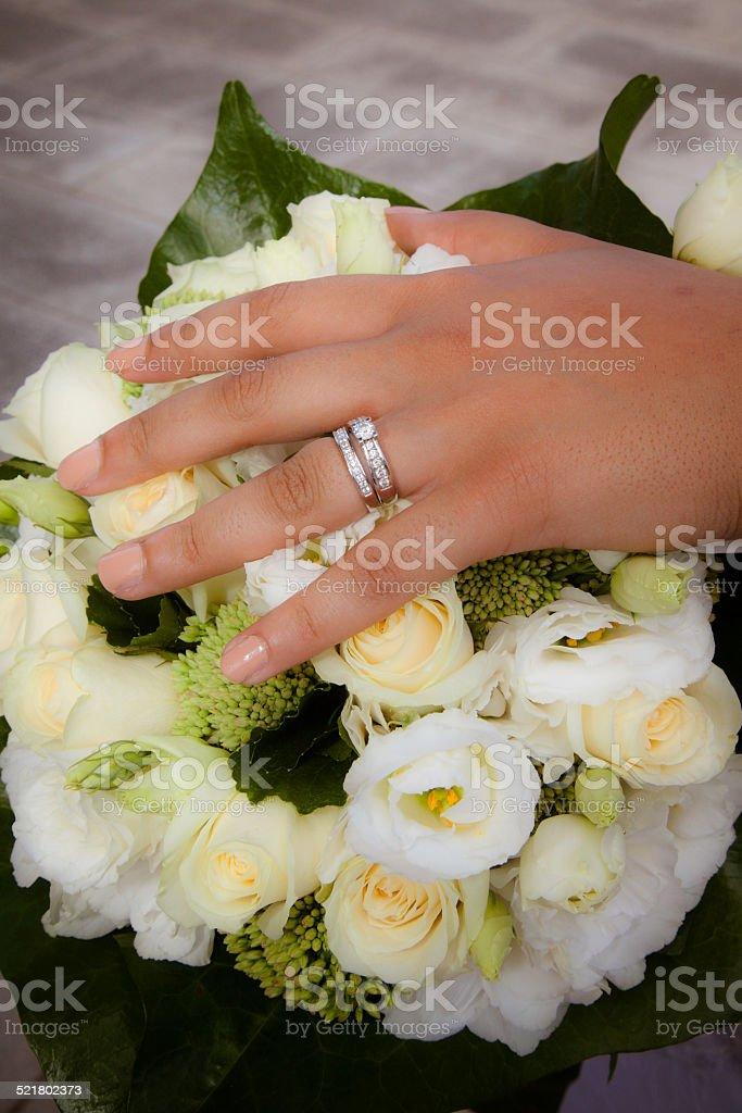 Bouquet blanc et main de la mariée stock photo