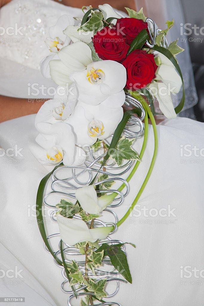 Bouquet blanc et rouge de mariée orchidée et rose stock photo