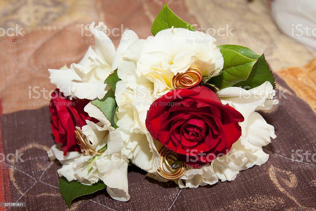 Bouquet blanc et rouge de mariée stock photo